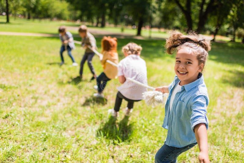 Miúdos que jogam o conflito foto de stock