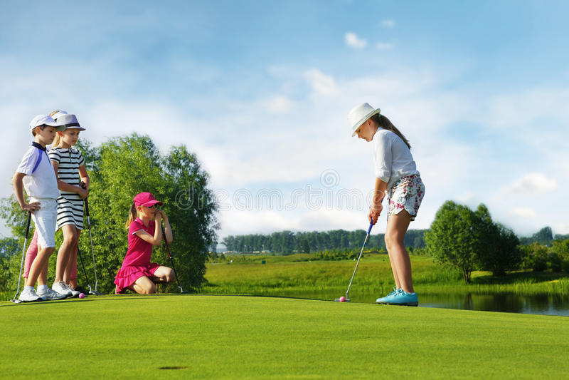 Miúdos que jogam o golfe imagens de stock royalty free