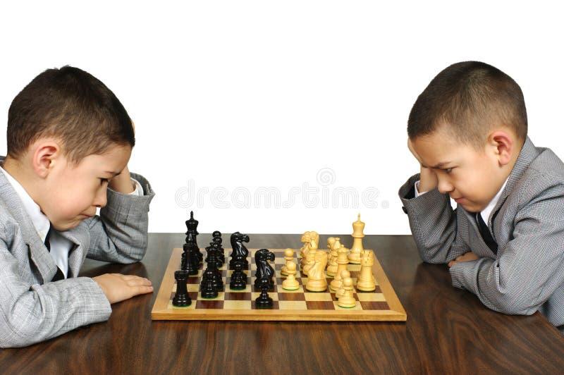 Miúdos que jogam a xadrez imagem de stock