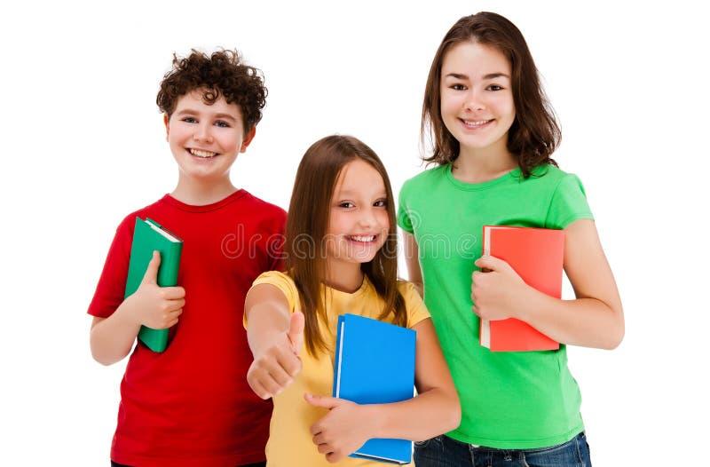 Miúdos que mostram o sinal APROVADO isolado no fundo branco imagem de stock royalty free