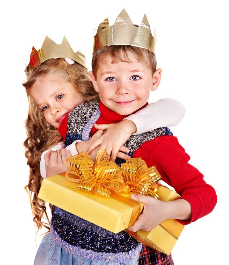 Miúdos que prendem a caixa de presente do Natal. foto de stock