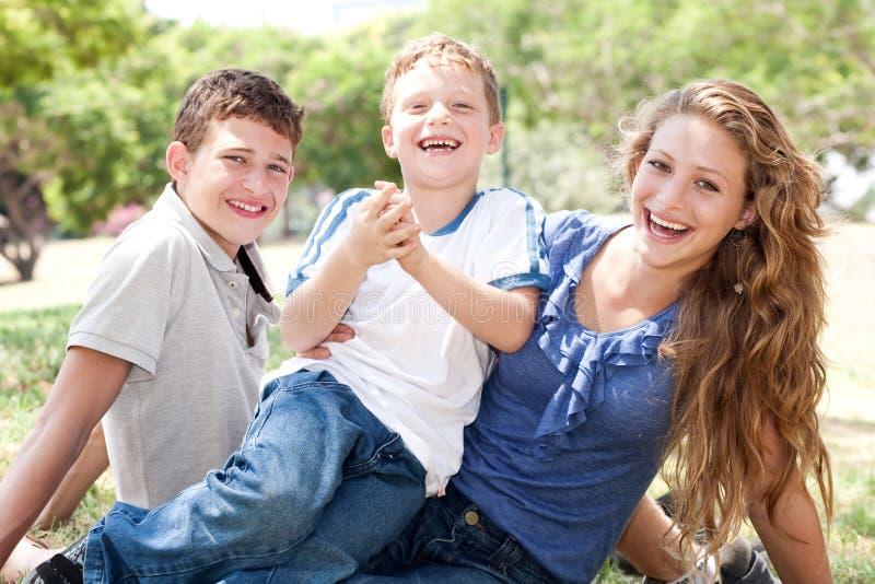 Miúdos que têm o divertimento com mum fotografia de stock