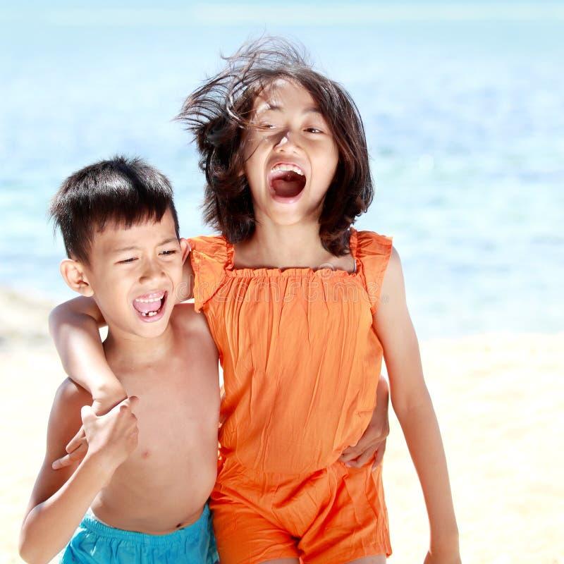 Download Miúdos Que Têm O Divertimento No Dia Ensolarado Foto de Stock - Imagem de aprecíe, criança: 26505134