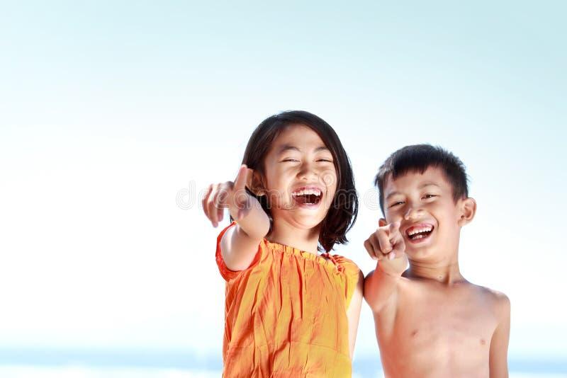 Download Miúdos Que Têm O Divertimento No Dia Ensolarado Imagem de Stock - Imagem de aprecíe, câmera: 26507275