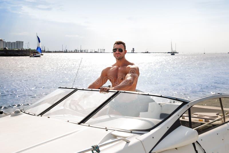 Mięśnia mężczyzna na łodzi zdjęcia royalty free