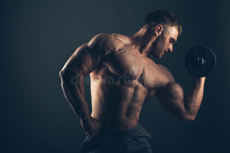 Mięśnia mężczyzna robi bicep kędziorom zdjęcia royalty free