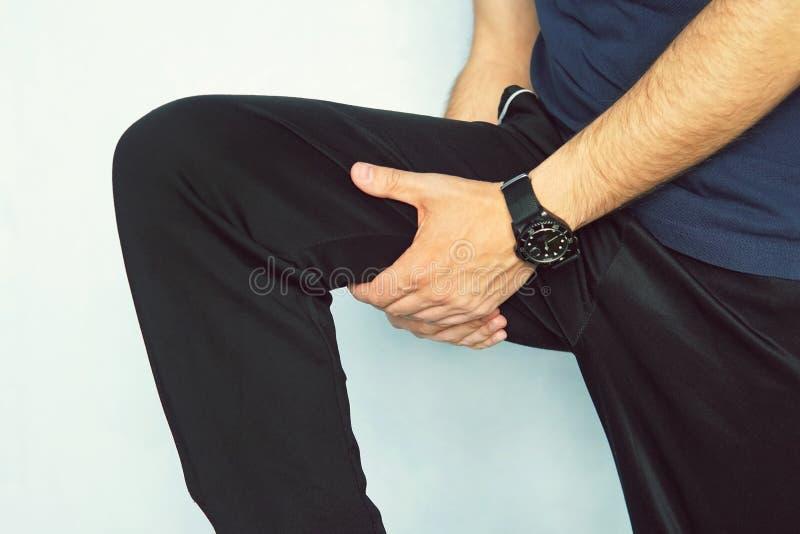 Mięśnia uraz Mężczyzna z zwichnięcia uda mięśniami Atleta w sportach zwiera trzymać mocno jego udo mięśnie po ciągnąć one lub ced fotografia stock