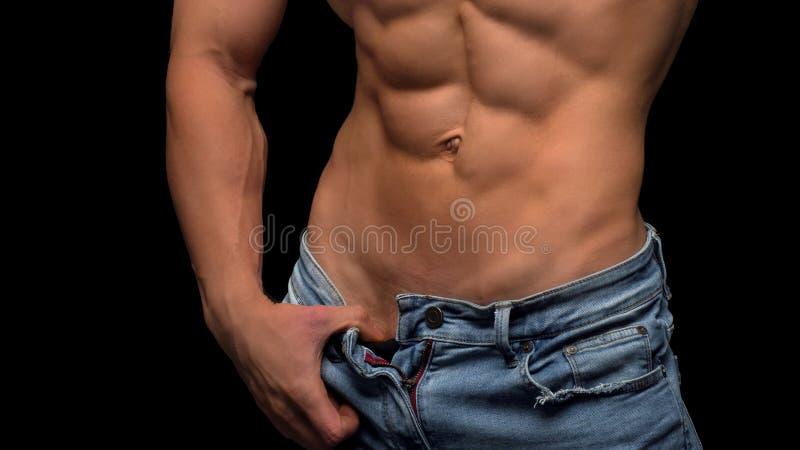 Mięśniowa bez koszuli męska półpostać odizolowywająca na czerni fotografia royalty free