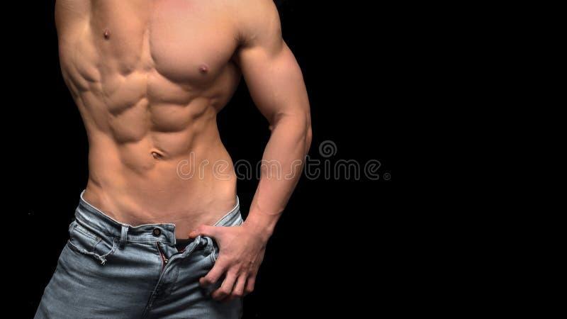 Mięśniowa bez koszuli męska półpostać odizolowywająca na czerni obraz stock
