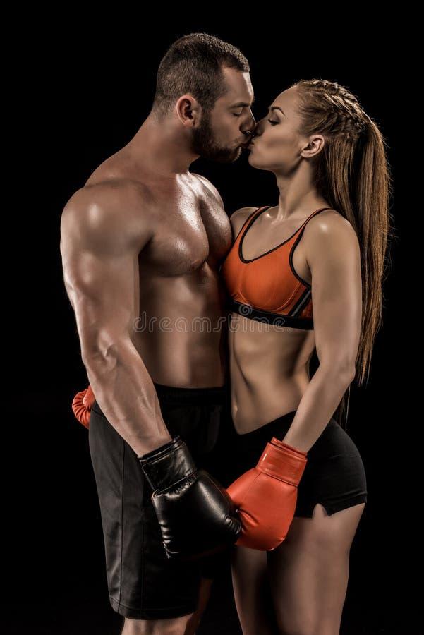 Mięśniowa młoda para boksery w sportswear całowaniu obrazy royalty free