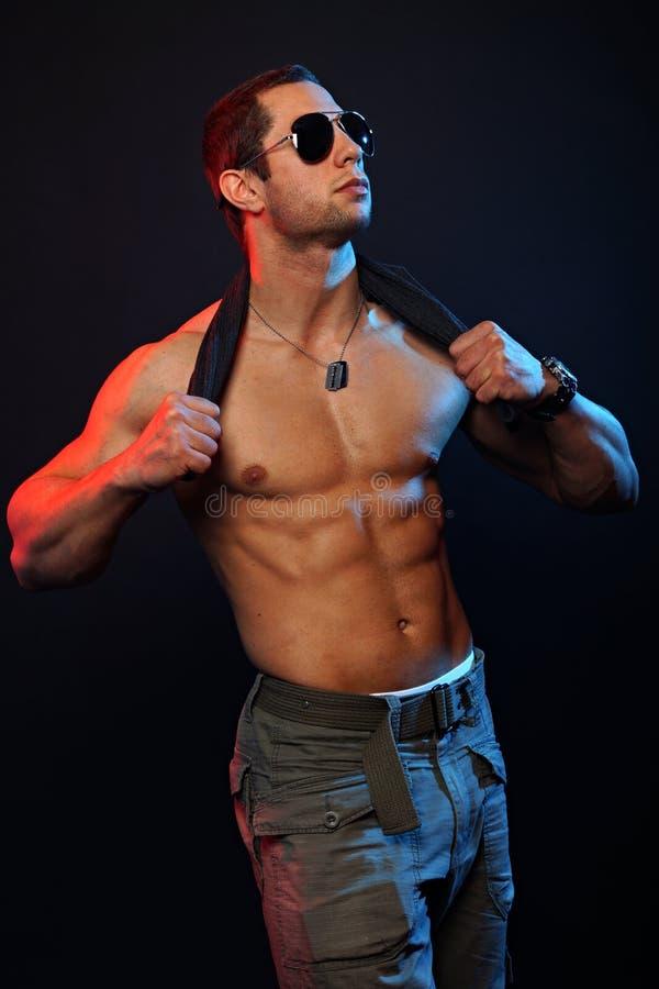 mięśniowi mężczyzna okulary przeciwsłoneczne zdjęcia stock