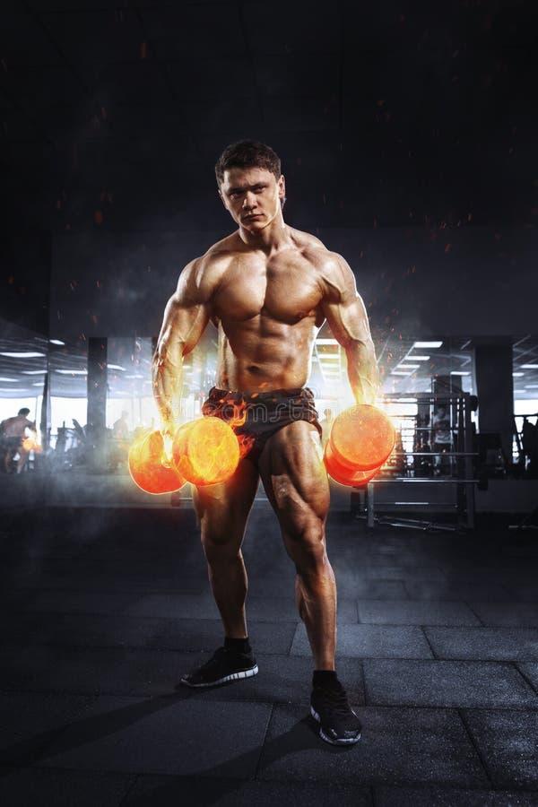 Mięśniowy atlety bodybuilder udźwigu ciężar z płomiennymi bicepsami obraz royalty free