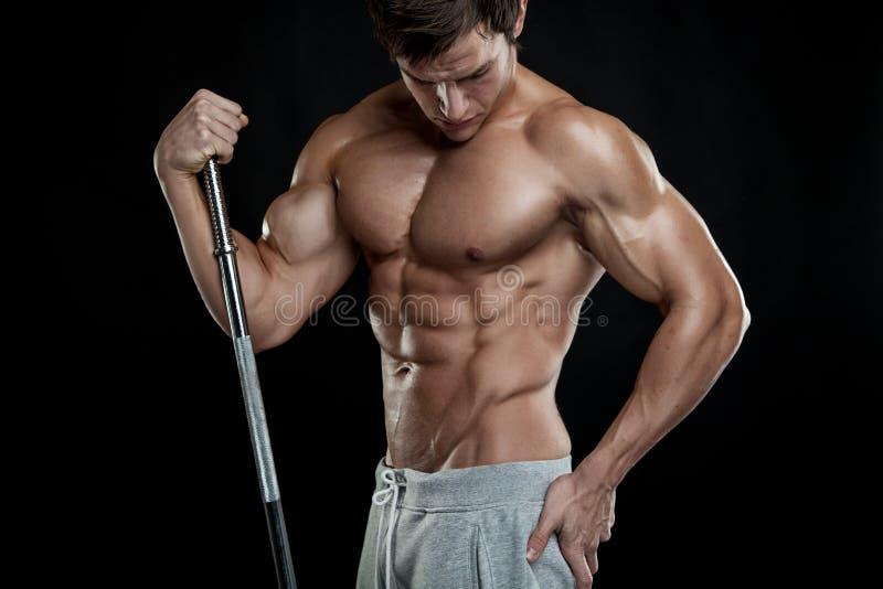 Mięśniowy bodybuilder facet robi pozować z dumbbells fotografia royalty free