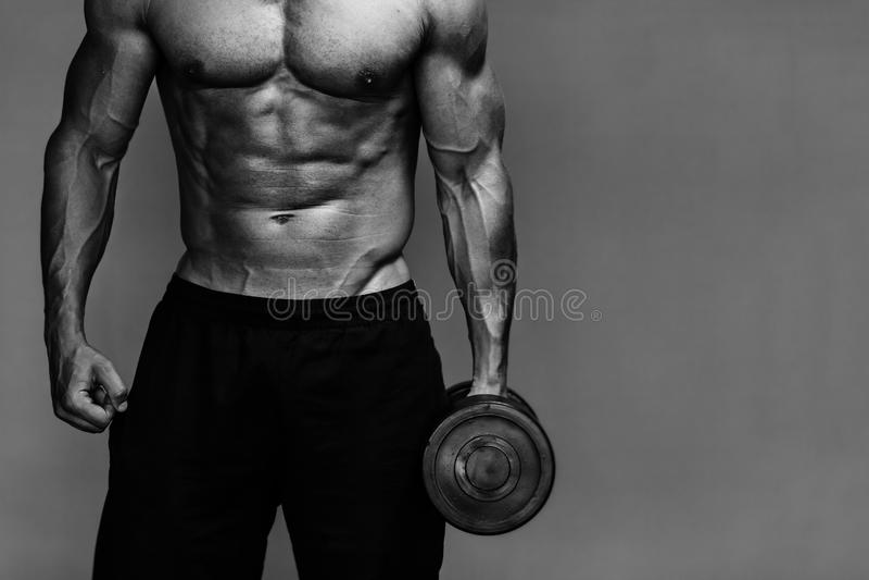 Mięśniowy bodybuilder faceta zakończenie w górę monochromu obraz stock