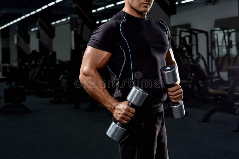 Mięśniowy bodybuilder na czarnym tle silny sportowy mężczyzna obrazy stock