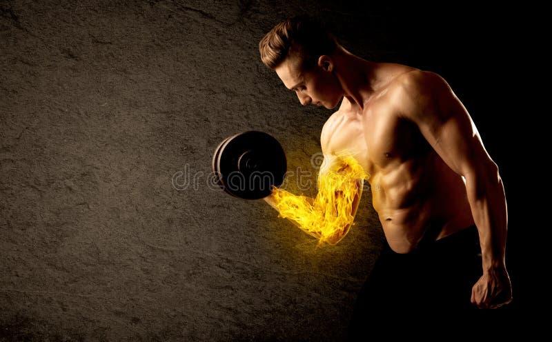 Mięśniowy bodybuilder udźwigu ciężar z płomiennym bicepsa pojęciem obrazy royalty free