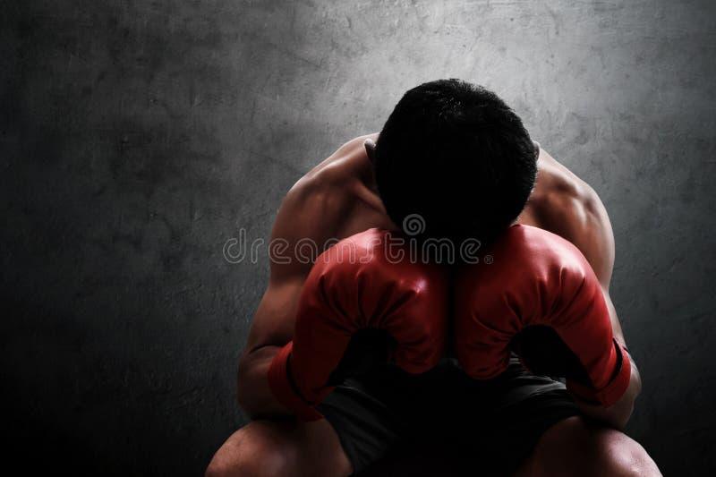 Mięśniowy bokser odpoczywa na ściennych tło fotografia stock