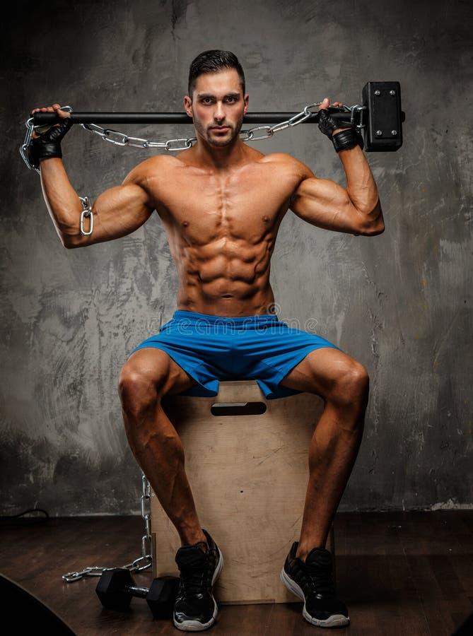 Mięśniowy facet w błękitnych skrótach obraz stock