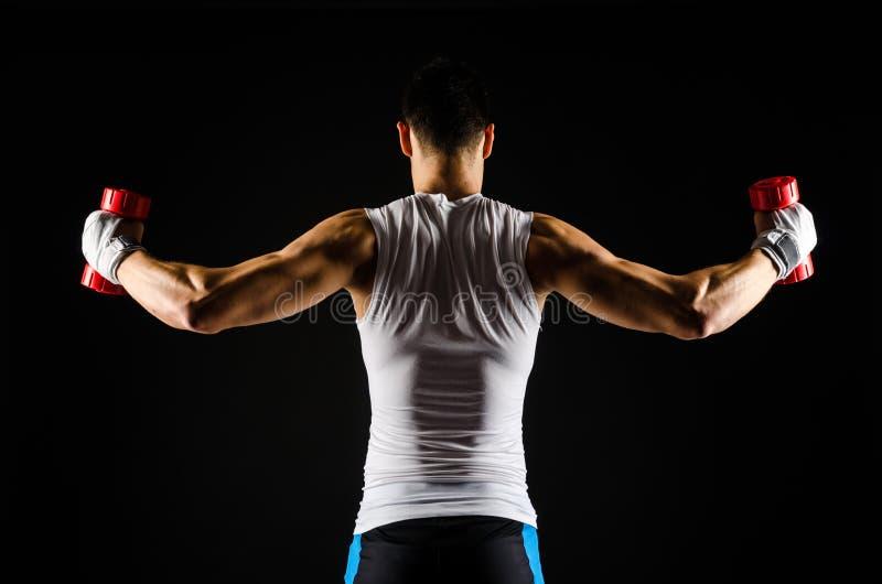 Mięśniowy mężczyzna ćwiczyć zdjęcie stock