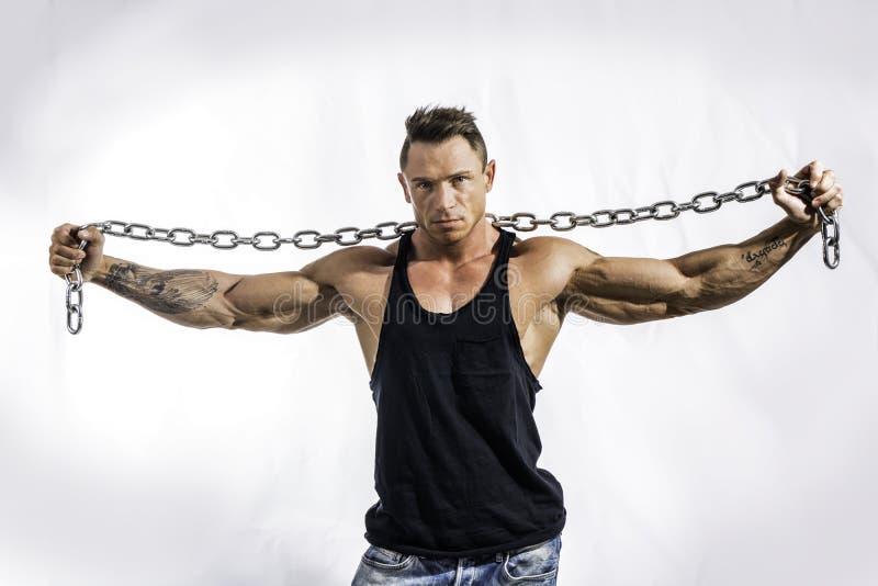 Mięśniowy mężczyzna bez koszuli z ciężkim, dużym metalu łańcuchem, obrazy stock