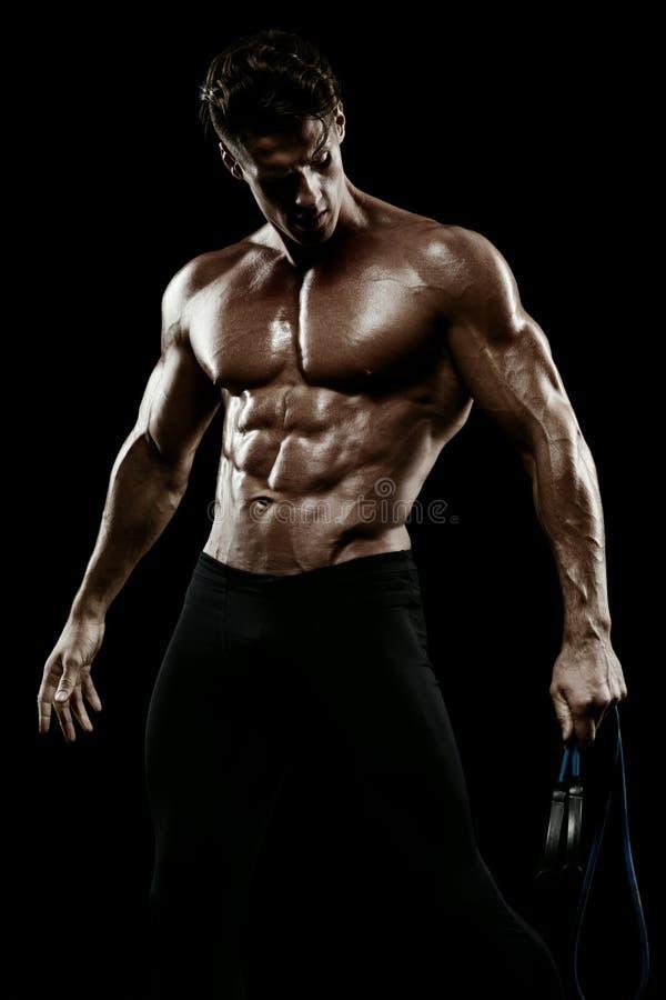 Mięśniowy mężczyzna bodybuilder Obsługuje pozować na czarnym tle, pokazuje, zdjęcie stock