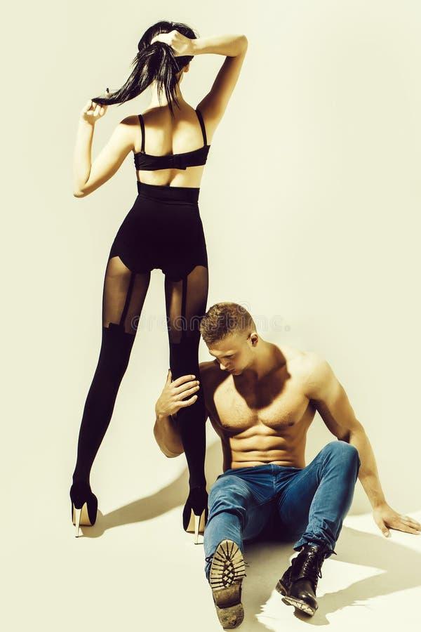 Mięśniowy mężczyzna i dziewczyna obrazy stock
