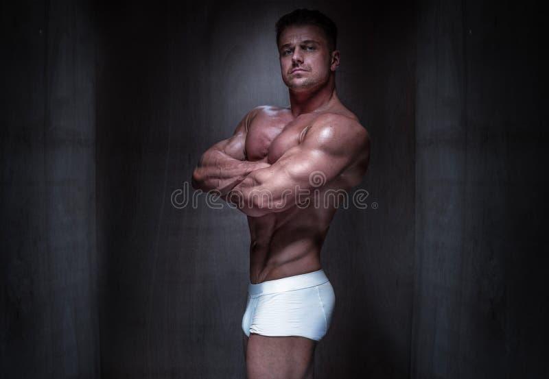 Mięśniowy mężczyzna Jest ubranym Białych bokserów skróty fotografia royalty free