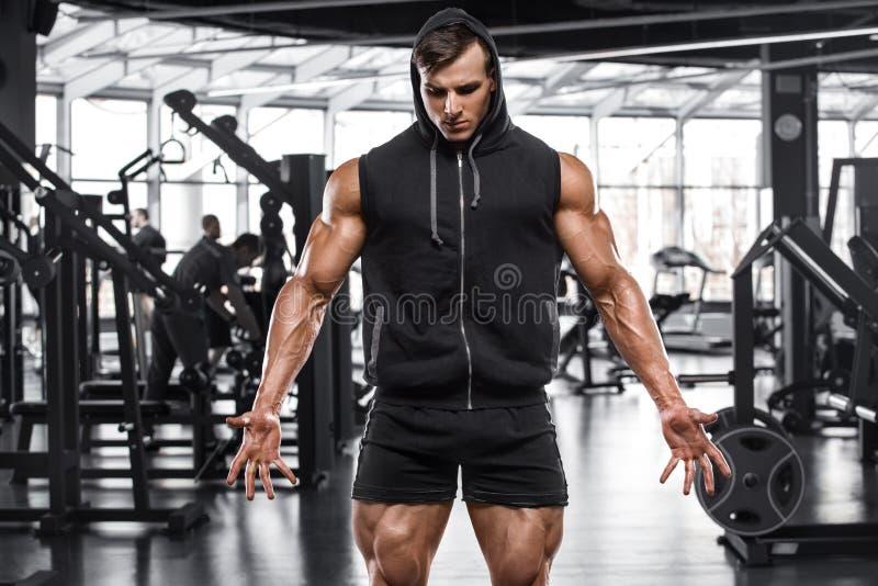Mięśniowy mężczyzna opracowywa w gym, silny męski bodybuilder fotografia royalty free
