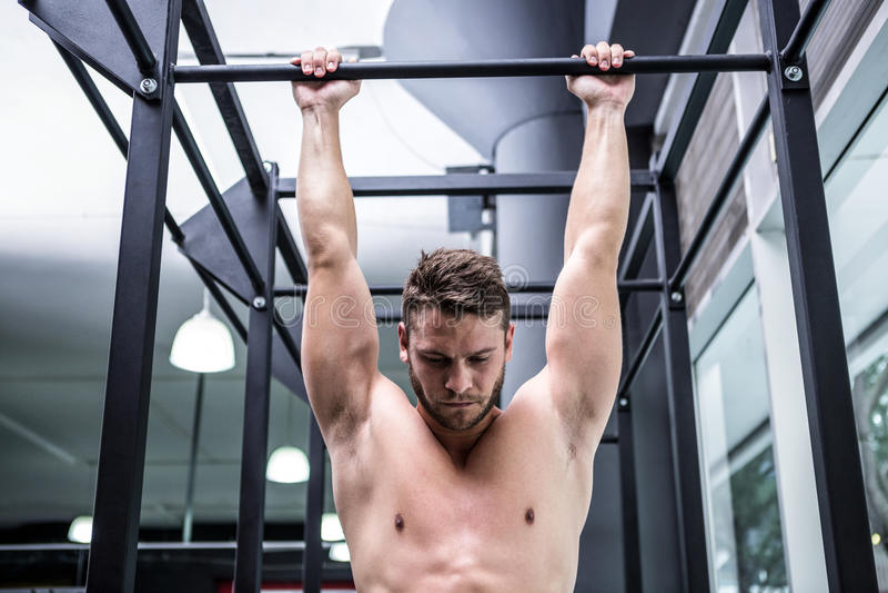 Mięśniowy mężczyzna robi ciągnieniu podnosi fotografia stock