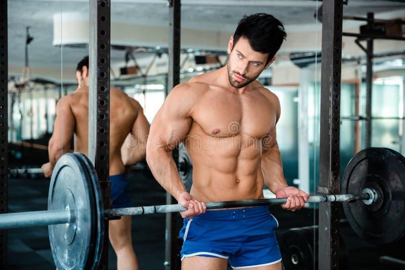 Mięśniowy mężczyzna trening z barbell fotografia royalty free
