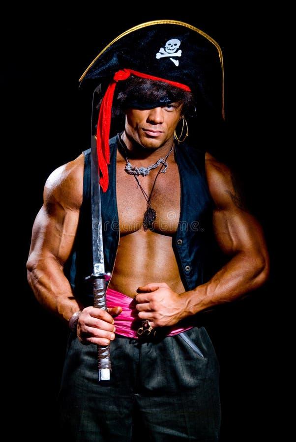 Mięśniowy mężczyzna w pirata kostiumu obrazy royalty free