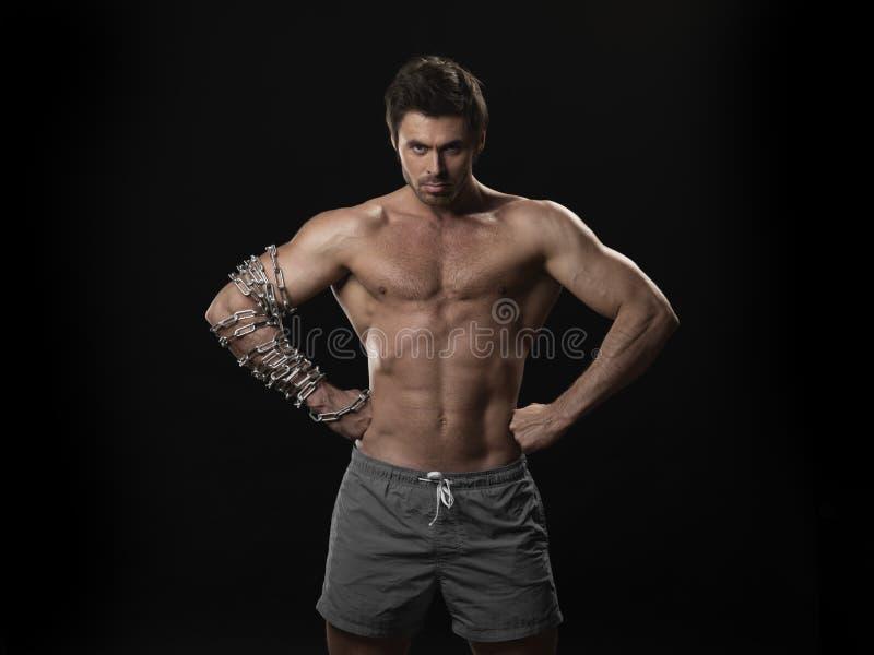 Mięśniowy mężczyzna z łańcuchem na ręce zdjęcia stock
