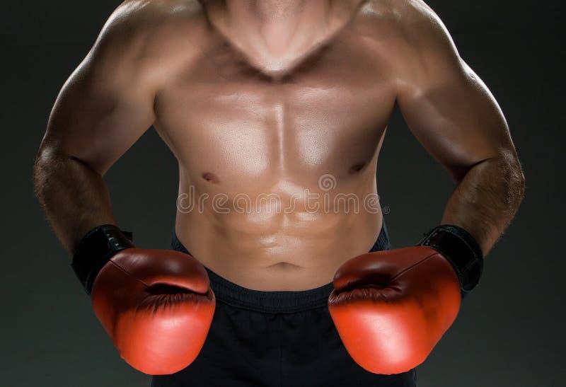 Mięśniowy młody caucasian bokser jest ubranym boksować zdjęcia stock