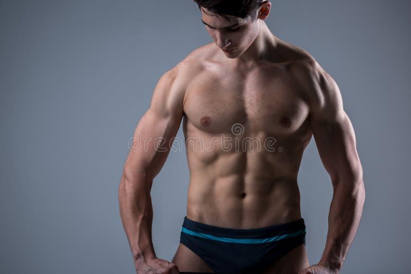 Mięśniowy młody męski antyk doskonalić sprawność fizyczna mięśnie sześć paczek abs i nadzy klatki piersiowej Bodybuilder modela p fotografia royalty free