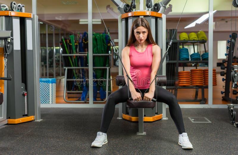 Mięśniowy młody sporty kobiety szkolenie na rząd maszynie fotografia royalty free