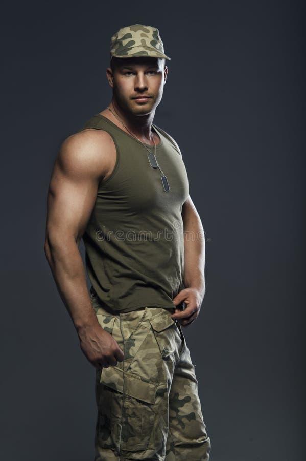 mięśniowy przystojny mężczyzna zdjęcie royalty free