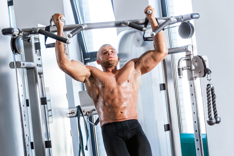 Mięśniowy silny mężczyzna pracujący przy gym out fotografia stock