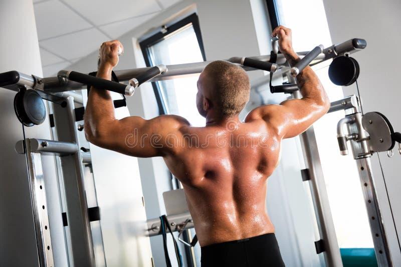 Mięśniowy silny mężczyzna pracujący przy gym out zdjęcie stock
