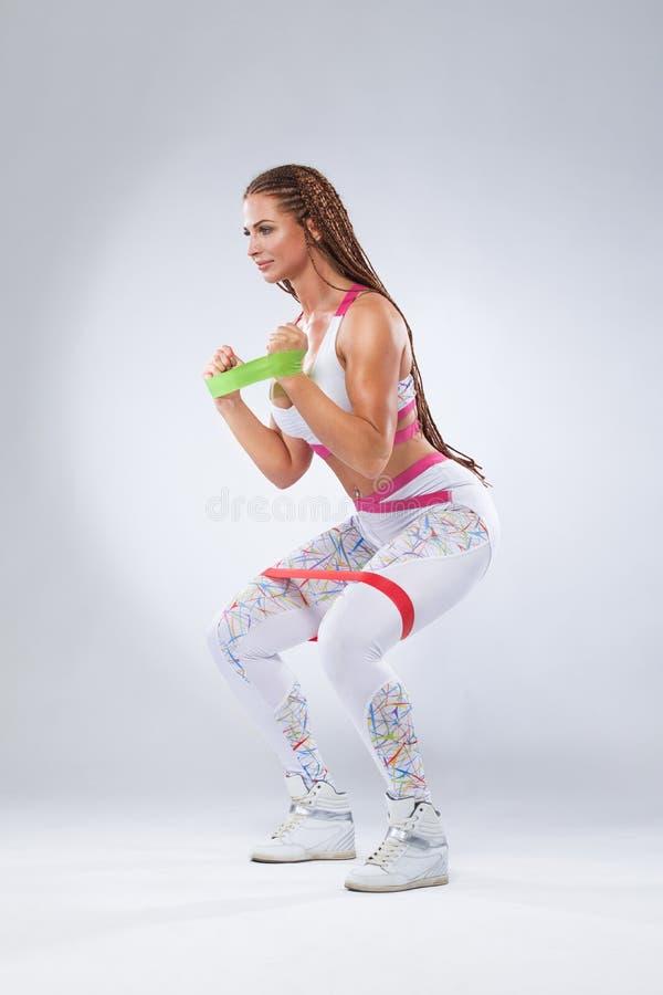 Mięśniowych potomstw sportów kobiety dysponowana atleta Trening z zespołami lub expander w gym Odbitkowa przestrzeń dla sprawnośc obrazy royalty free