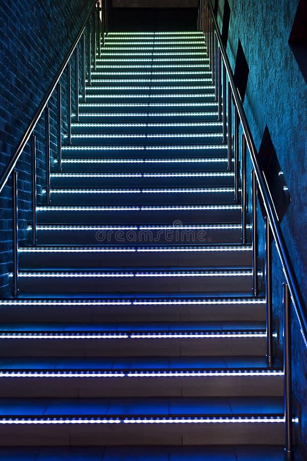 Między podłoga schody z iluminującymi krokami zdjęcie royalty free