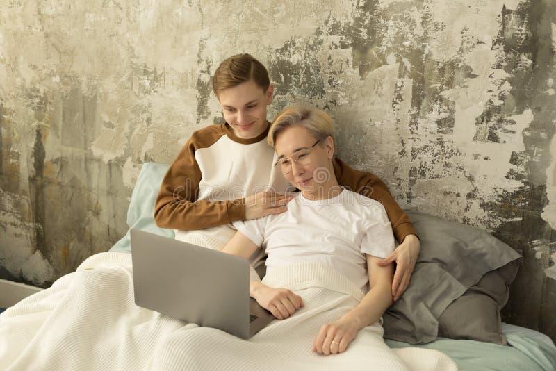 Międzynarodowa homoseksualna męska para cieszy się wolnego czas wpólnie zdjęcia stock