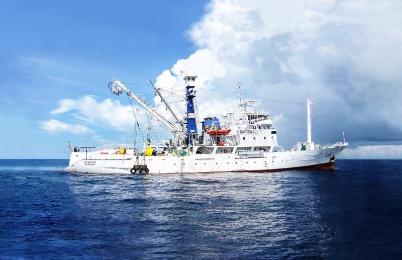 MIĘDZYNARODOWA woda - LISTOPAD 9, 2012: MV Seafdec rybołówstwa trenuje i badawczego naczynia żagle wzdłuż międzynarodowego nawadn obrazy stock