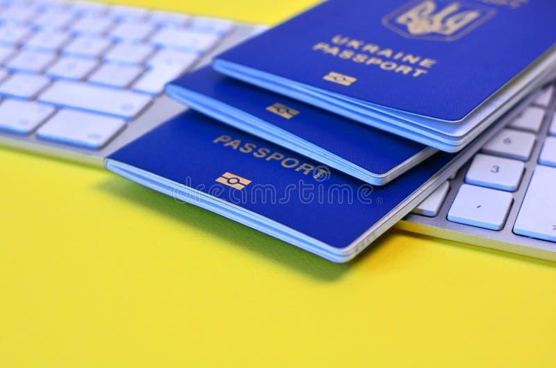 Międzynarodowe paszporty biometryczne dla całej rodziny leżącej na klawiaturze zdjęcia stock