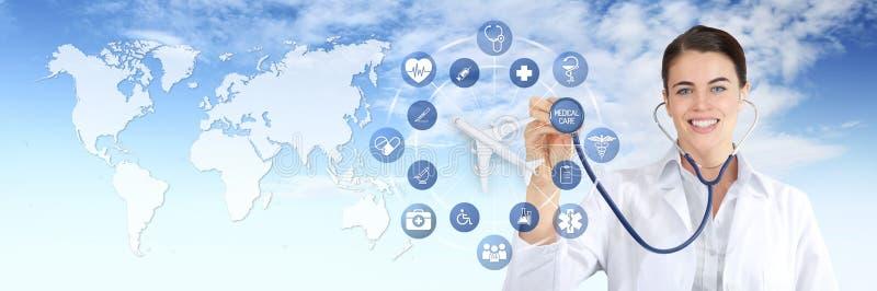Międzynarodowej podróży ubezpieczenia medycznego pojęcie, uśmiech doktorska kobieta pokazuje stetoskop, samolot z medycznymi ikon obraz stock