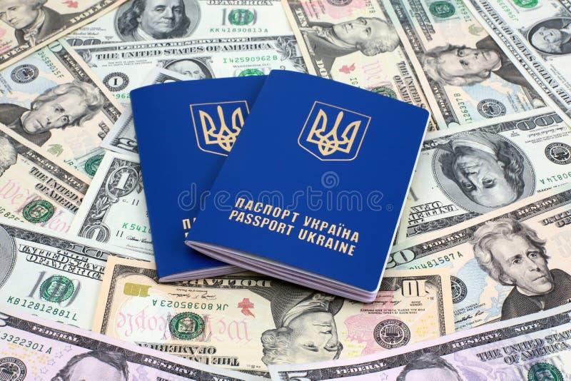 Międzynarodowi paszporty z pieniądze fotografia royalty free