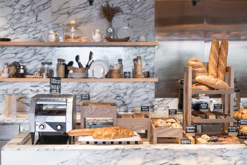 Międzynarodowy bufet z asortowanym chlebem, grzanek toas i linia i fotografia royalty free