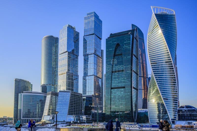 Międzynarodowy centrum biznesu «Moskwa miasto «na zima słonecznym dniu, ludziach przeciw swój tłu i moscow Rosji obrazy stock
