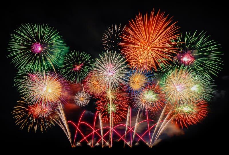 Międzynarodowy fajerwerku festiwalu pokaz przy nocą Rozmaitość kolorowi fajerwerki w wakacje świętowaniu odizolowywającym na czer obrazy royalty free