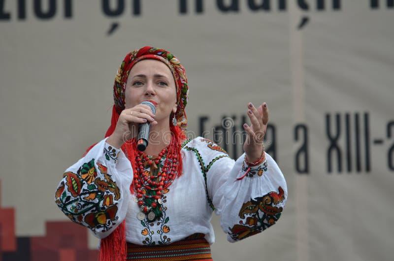 Międzynarodowy folkloru festiwal: Ukraiński piosenkarz w tradycyjnym kostiumu zdjęcie stock