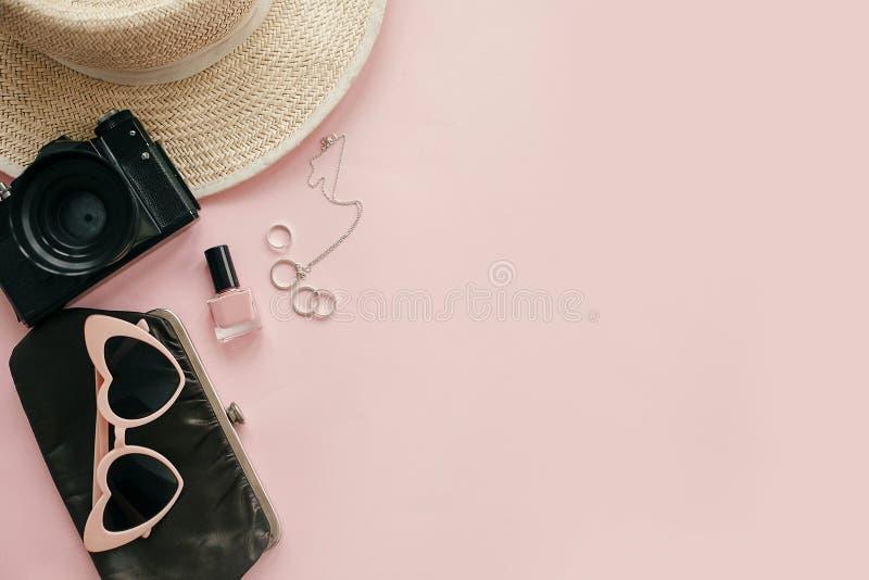Międzynarodowy kobieta dnia mieszkanie nieatutowy Elegancki girly wizerunek fotografii kamera, retro okulary przeciwsłoneczni, bi obrazy stock